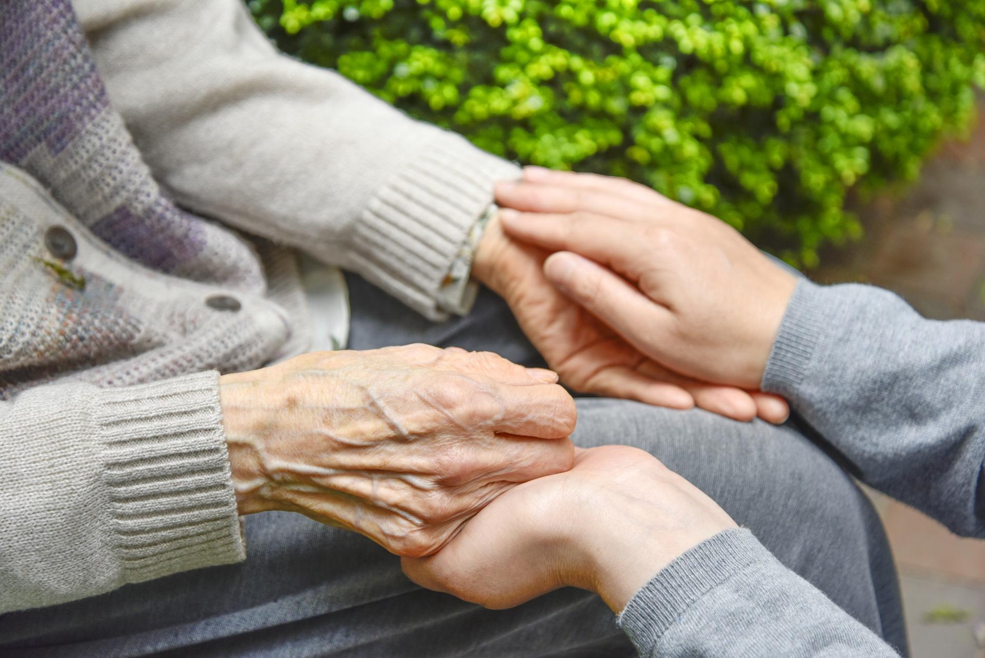 お年寄りを敬い、長寿を祝う「敬老の日」 -世界では? 何歳から?-